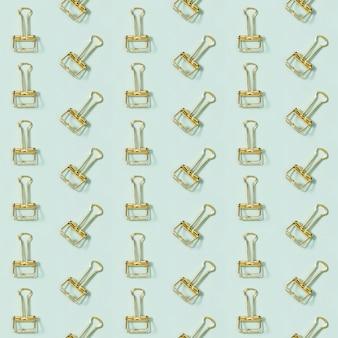 Kreatives nahtloses muster mit büromaterial, goldenen metallklammern.