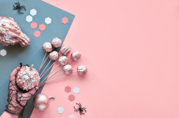 Kreatives papierhandwerk halloween flach lag auf rosa und grauer geteilter papierwand mit kopierraum