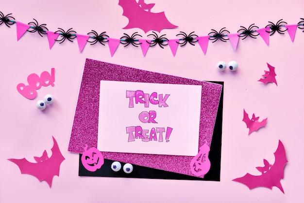 Kreatives papierhandwerk halloween flach legen. draufsicht mit cipy-raum auf papierkarten, fledermäusen, schokoladenaugen, kürbislaternen