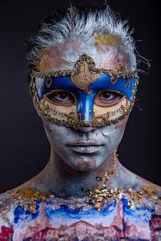 Kreatives podium-make-up im venezianischen damenstil