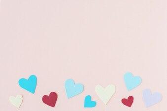Kreatives rotes Papierherz auf Papierhintergrund, Liebe am Valentinstag.
