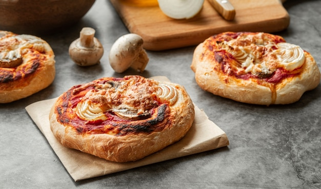 Kreatives sortiment mit leckerer pizza