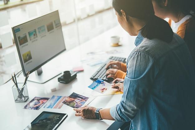 Kreatives start-up-team des designers einer werbeagentur, das ideen im büro bespricht.