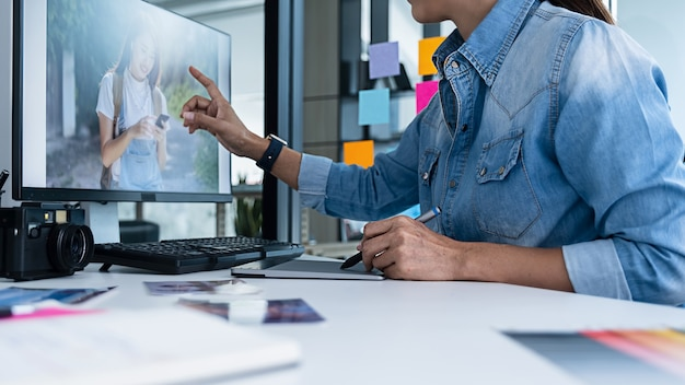 Kreatives start-up-team des werbeagentur-designers diskutiert ideen im büro.