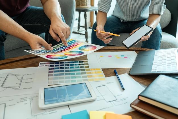Kreatives team von webgrafik-designern planung, zeichnen von website-ux-apps für mobiltelefonanwendungen