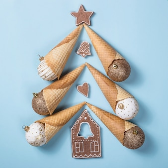 Kreatives weihnachtslayout. weihnachtsbaum aus festlichen hörnern mit glänzenden kugeln