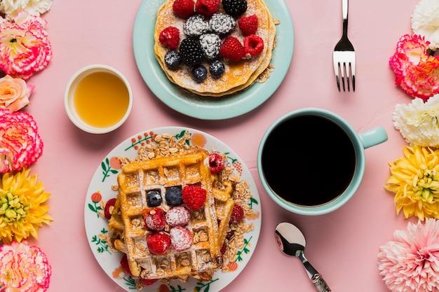 Kreatives weinlesefrühstück mit kaffee und früchten