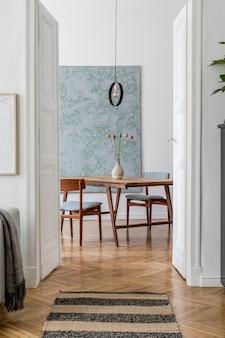 Kreatives wohnzimmer mit mock-up-posterrahmen, grünem sofa und moderner zubehörvorlage