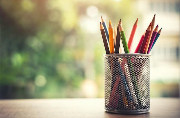 Kreativität von bunten farbigen bleistiften im federmäppchen mit kopien-raum