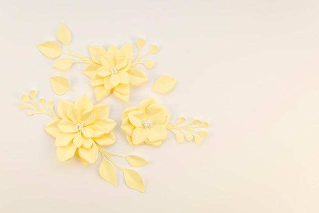 Kreativitätskonzept mit gelben papierblumen