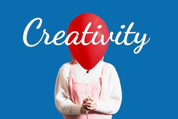 Kreativitätstypografie über einem ballon, der von einem mädchen gehalten wird