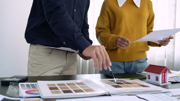 Kreativteam analysiert und brainstorming planung eines gemeinsamen projekts im coworking space design studio.