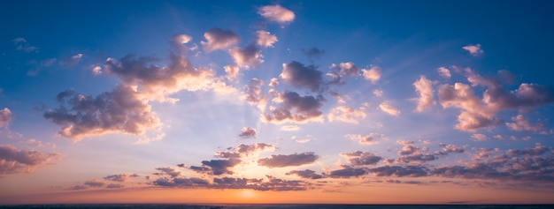 Krebs blauer stürmischer himmel mit sonnenstrahlen.