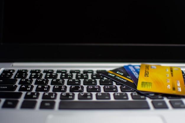 Kreditkarte auf dem computer, kaufendes on-line-konzept.