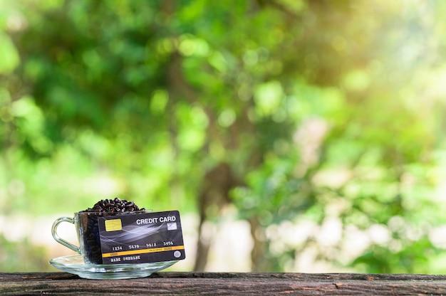 Kreditkarte auf dem schreibtisch holzboden hintergrund bokeh unschärfe vom sonnenlicht