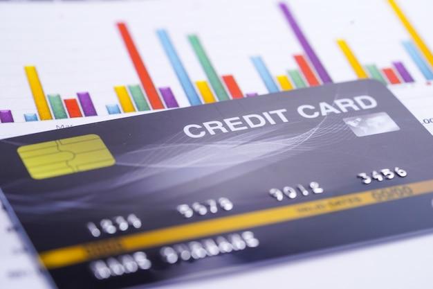 Kreditkarte auf diagramm millimeterpapier