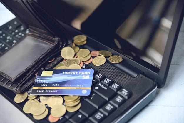 Kreditkarte auf einfachem zahlungson-line-einkaufskonzept des laptops, geldbörse und münzenkreditkarteschuld erhöhten verbindlichkeiten