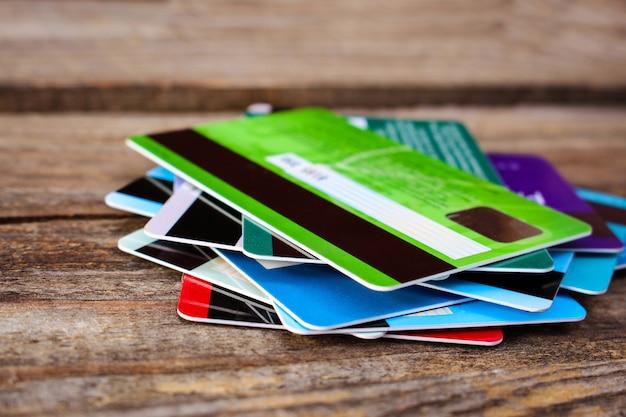 Kreditkarte auf hölzernem hintergrund.