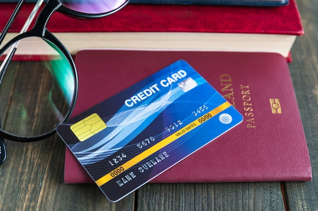 Kreditkarte auf pass auf holzschreibtisch gesetzt, vorbereitung für das reisekonzept