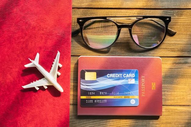 Kreditkarte auf reisepass auf holzschreibtisch vorbereitung für das reisekonzept
