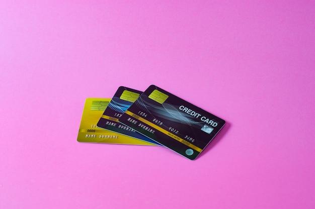Kreditkarte auf rosa hintergrund