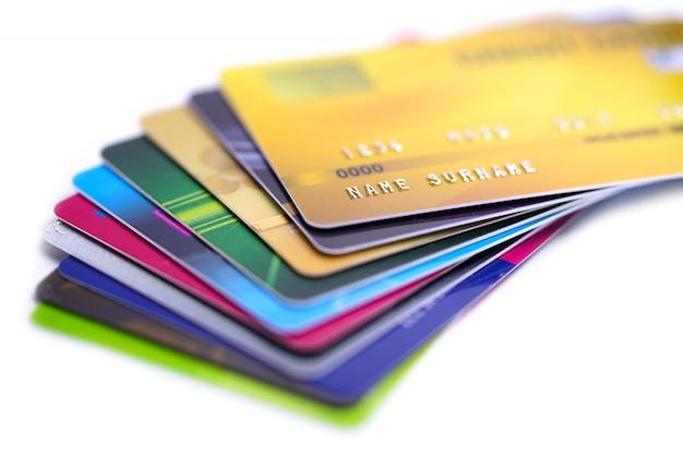Kreditkarte auf weißem hintergrund.