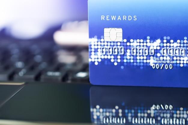 Kreditkarte das bequemlichkeitseinkaufslebenkonzept. e-commerce-einkaufskonzept