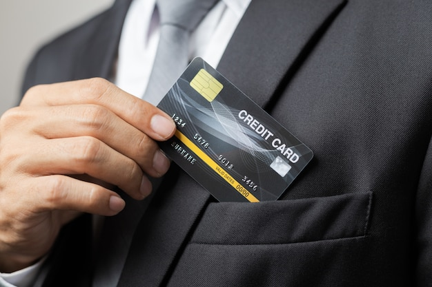 Kreditkarte in der hand