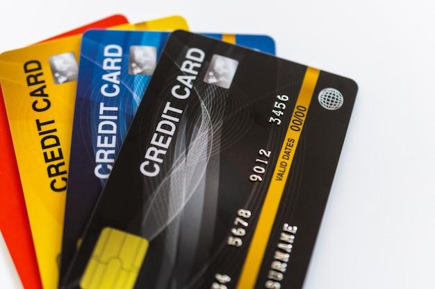 Kreditkarte lokalisiert auf weißem hintergrund