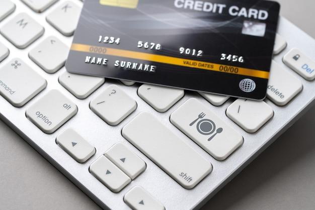 Kreditkarte mit symbol auf der tastatur