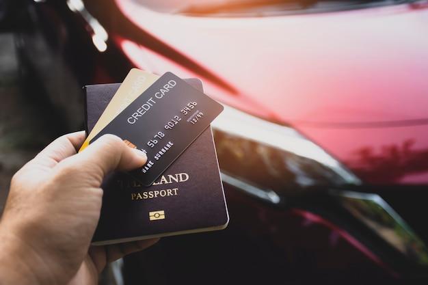 Kreditkarte und reisepass für internationale autovermietung in touristischer hand