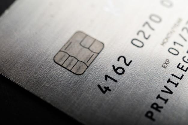 Kreditkarten, die auf dem boden gestapelt sind
