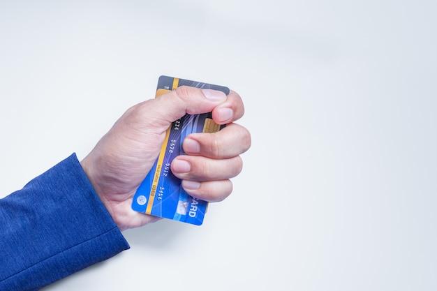 Kreditkarten in der hand des mannes.