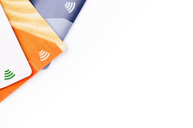 Kreditkarten mit kontaktloser bezahlung. stapel der kreditkarten auf weißem getrenntem hintergrund