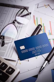 Kreditkarten mit kreditkartenauszügen, konto, stift, taschenrechner und brille