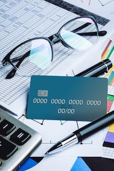 Kreditkarten mit kreditkartenauszug, konto, stift, taschenrechner und brille