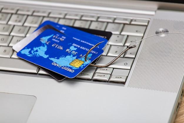 Kreditkarten-phishing-betrug mit kreditkarte im angelhaken