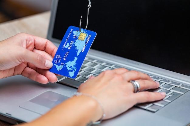 Kreditkarten-phishing. phishing-betrug mit kreditkarte im angelhaken.