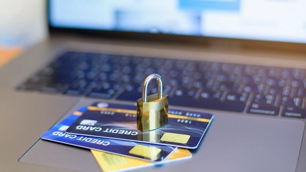 Kreditkarten-sicherheitskonzept, kreditkarte mit vorhängeschloss