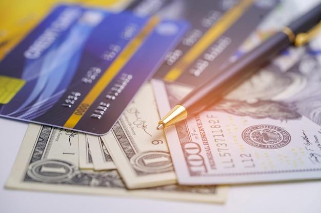 Kreditkarten- und us-dollar-banknoten.