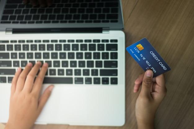 Kreditkarten verwenden um produkte online zu kaufen - bilder