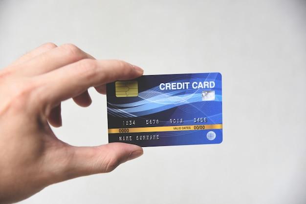 Kreditkarteneinkaufskonzept - hand, die kreditkartenzahlung hält