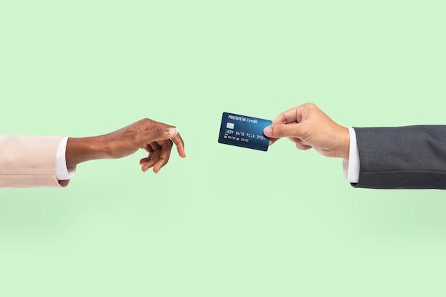 Kreditkartenfinanzierung von hand für bankkampagne gehalten