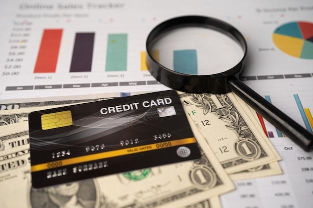 Kreditkartenmodell auf dollarbanknoten mit millimeterpapier.