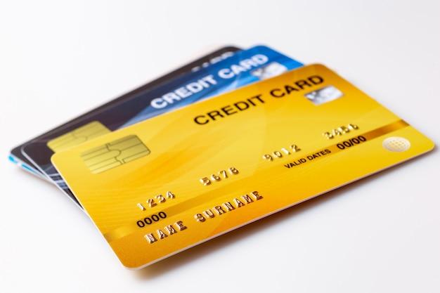 Kreditkartenmodell auf weißem hintergrund.