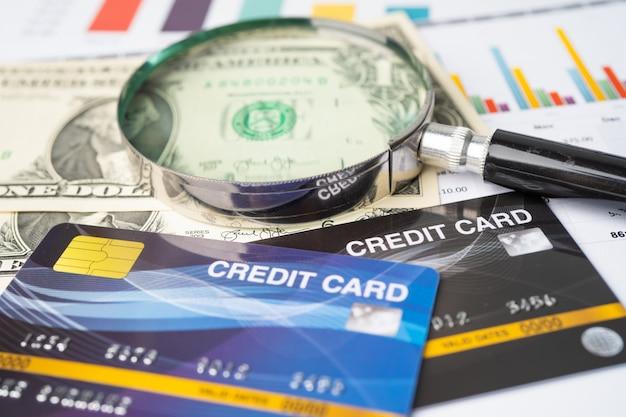 Kreditkartenmodell mit lupe