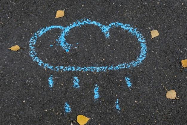 Kreide, die wolke und regen auf asphalt zeichnet