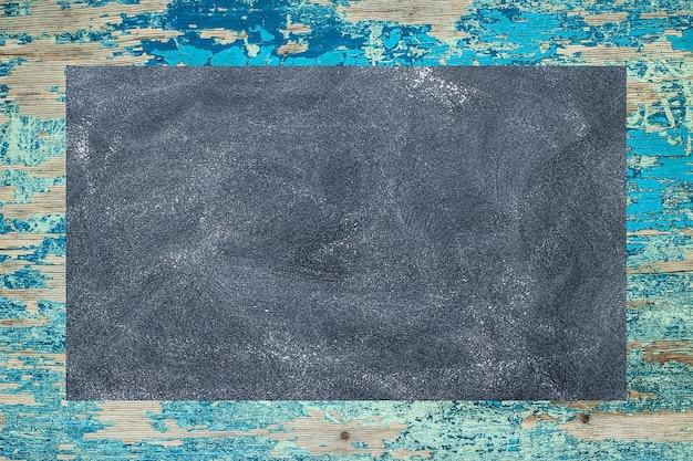 Kreidebrett auf einer rustikalen oberfläche. kann als hintergrund verwendet werden