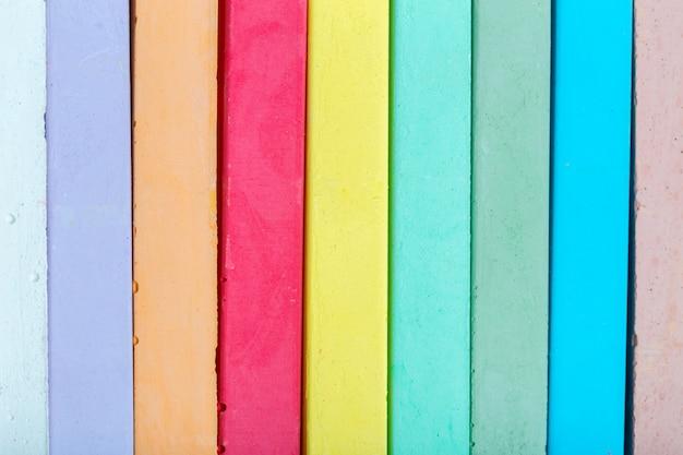 Kreiden in einer vielzahl von farben auf einem weißen hintergrund angeordnet