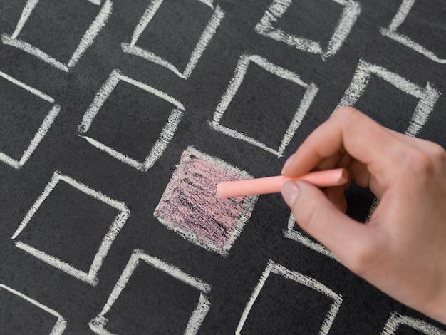 Kreideoranges quadrat der draufsicht, umgeben von weißen konturierten quadraten